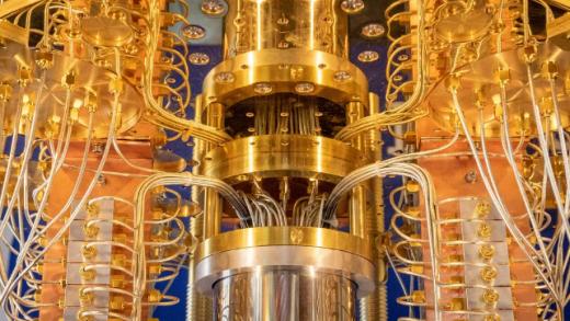 Uma visão em close-up do computador quântico IBM Q. O processador está no cilindro de cor prata.